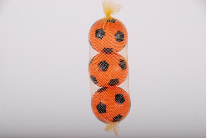 Drie oranje plastic balletjes in net